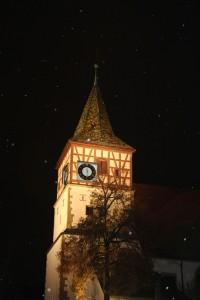 Die Oswaldkirche bei Nacht im Schneefall