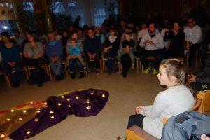 ein Gottesdienst bei Kerzenschein